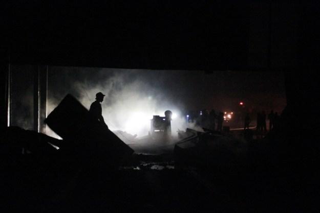 Seorang petugas pemadam kebakaran membersihkan puing sisa kebakaran di Pabrik sabun, Simpang Haru, Kota Padang. FOTO/GS