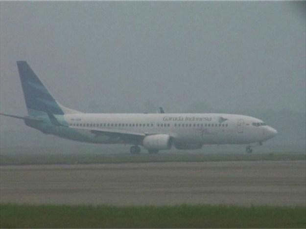 Pesawat Garuda Indonesia tengah mendarat ditengah kepulan asap di Bandara Internasional Minangkabau pada kabut asap beberapa bulan lalu. Foto : Budi S.