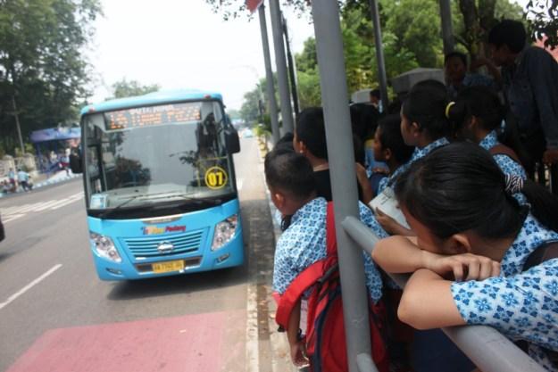 Pelajar menanti kedatangan bus Trans Padang. FOTO/HUDA PUTRA