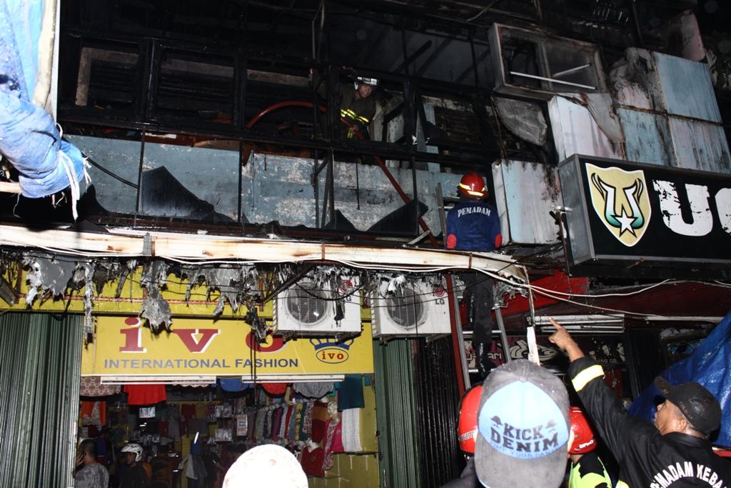 Kebakaran menimpa Ivo Busana di kawasan Permindo, Kota Padang. FOTO/HUDA PUTRA