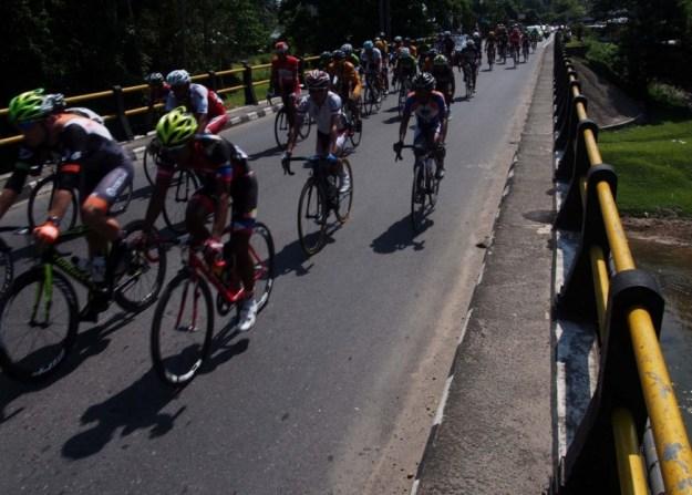 Ilustrasi. Rombongan pebalap yang bertanding di etape pertama Tour de Singkarak, Sabtu (7/6).  FOTO/KABAR3