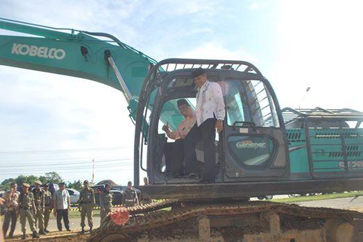 Walikota dan Wakil Walikota Padang saat peresmian dimulainya pembangunan jalur dua bypass, Kota Padang. Foto : Istimewa