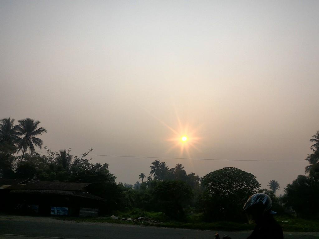 Matahari cukup tak tampak akibat kabut asap di Kota Padang. Foto : Ikhwan