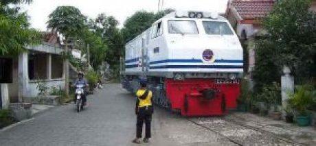 kereta yang melewati perumahan (2)