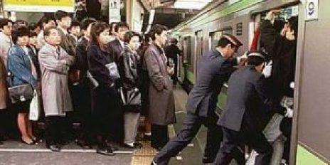 suasana subway di Tokyo kala rush hour. sumber: cdn.klimg.com