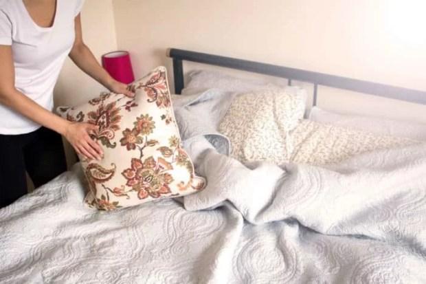 bahaya membereskan tempat tidur