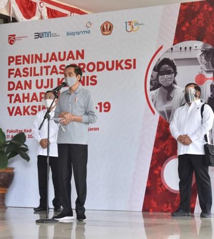 Presiden saat memberikan keterangan pers di Gedung Eyckman, usai melakukan peninjauan Produksi Vaksin di Laboratorium Biofarma, Bandung, Provinsi Jawa Barat, Selasa (11/8). (Foto: Humas/Jay)