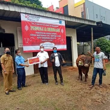 PT Indah Kiat Pulp and Paper (IKPP) Tangerang membagikan hewan kurban sebanyak 14 ekor kambing dan 10 ekor sapi untuk Hari Saya Idul Adha 1442 Hijriyah (2021)