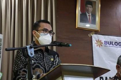 Wakil Wali Kota Pilar Saga Ichsan bersama perwakilan Perum Bulog (2)