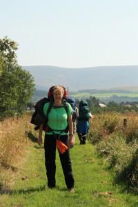 Kristin mit Rucksack auf der Speyside Wanderung