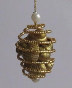 Шишка из ракушек - это спиральный шарик, внутри которого позолоченные ракушки
