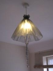 Абажур из флористической ткани, оставшейся от букета (для энергосберегающей лампочки)