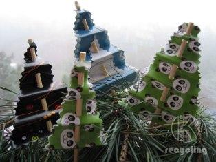 Новогодний декор для стола или елки - елочки из брошюр, ненужных журналов и даже обложек...