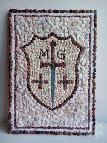 Mozaīkas ģerbonis no sašķelta marmora, upes oļiem. Uz pasūtījuma.