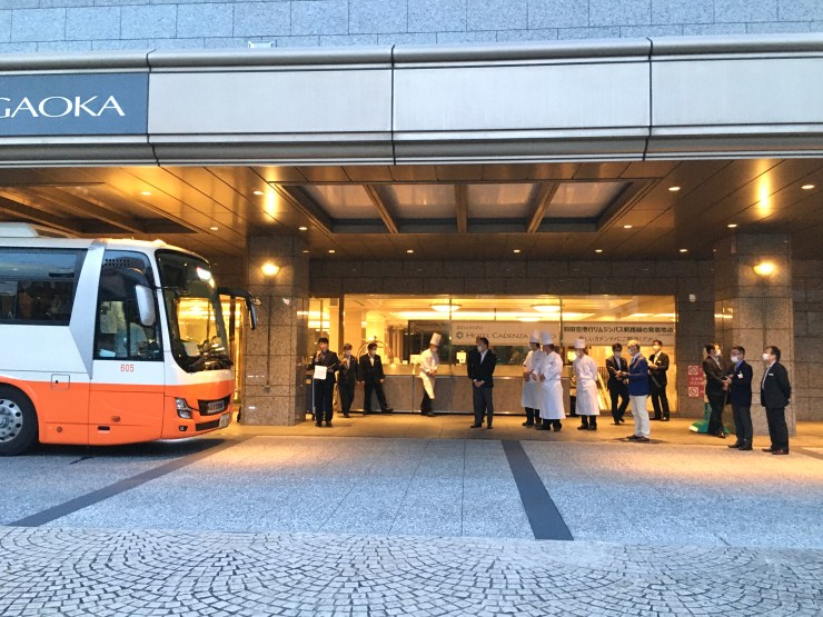 リムジンバス出発式(外から)