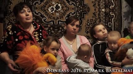 Lilija lebt mit ihrer Mutter und ihren Geschwistern bei ihrer Großmutter nahe der Front in Donezk. Ihr eigenes Haus wurde bereits zerstört. / Lilija lives with her mother and her siblings with her grandmother near the front in Donetsk. Their own house was destroyed.