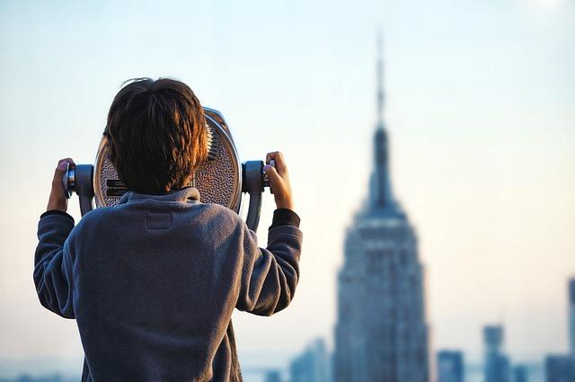 景色を見つめる少年