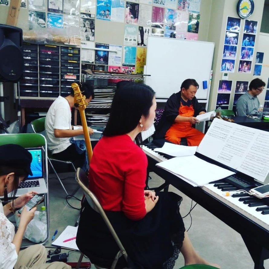 ベース・清水亮、ピアノ・前田恵実、そしてスマホをいじっているのはSE(効果音)担当・なつみん