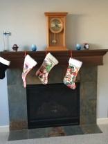 Julstrumporna är upphängda på spisen.