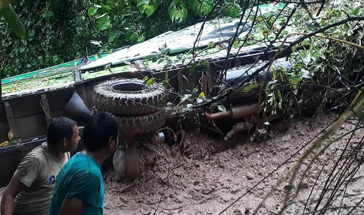 गुल्मीमा पहिरोले ६ घरपरिवार विस्थापित र एक ट्रक पुरियो