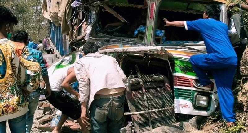 कपिलवस्तुमा बस र ट्रक आपसमा ठोक्किँदा एक जनाको मृत्युु २१ जना घाइते
