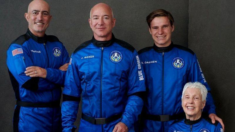 अमेरिकी अर्बपति जेफ बेजोस र अरू तीन जना मंगलबार अन्तरिक्षमा पुगेर फर्किए
