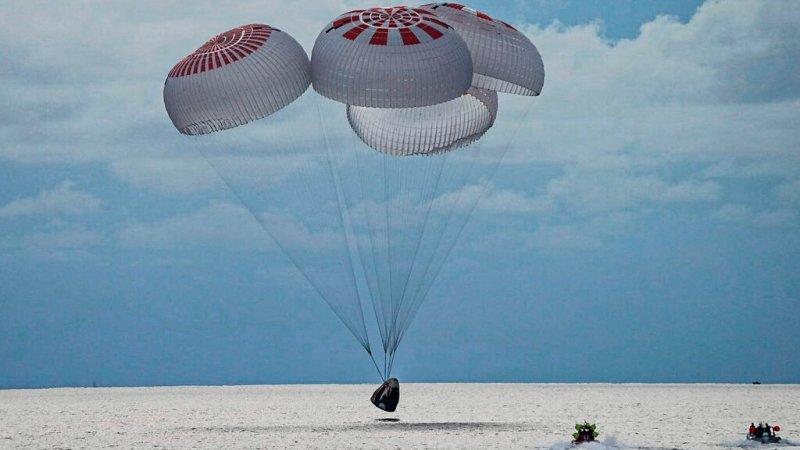 चार जना अन्तरिक्ष पर्यटक आफ्नो यात्रा सकेर शनिबार पृथ्वीमा फर्किए