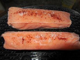 Le saumon prêt pour son bain de vapeur pendant 10-12 min avec une pincée de gros sel et un peu de piment d'Espelette