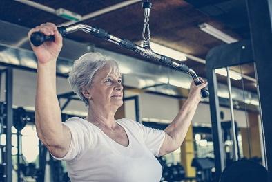 Ältere Frau trainiert