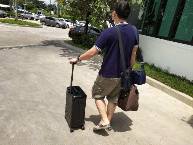 COWAROBOT ROVER ใช้งานในแบบกระเป๋าลากปกติได้ มันก็จะเหมือนกับกระเป๋าล้อลากแบบสี่ล้อ ขนาด 20 นิ้ว