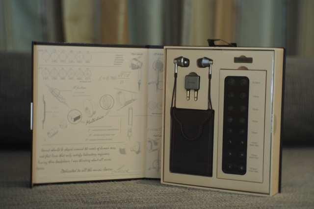 ตัวกล่องดูไฮโซมาก ของที่มาภายในกล่อง ภายในกล่องมีเหมือนความพยายามในการอธิบายดีไซน์