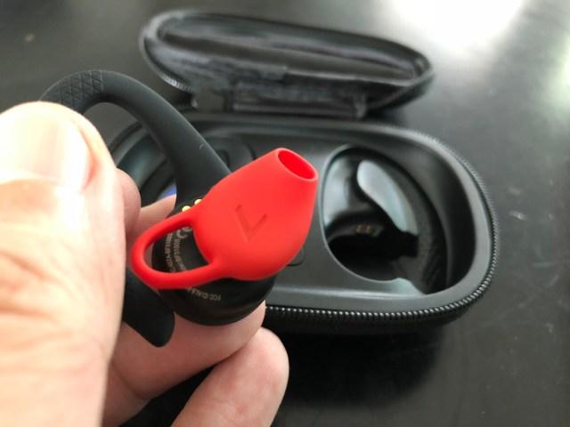 ดีไซน์หูฟังเป็นแบบที่มีลักษณะคล้ายท่อนำเสียงเข้ารูหู ไม่ใช่ยัดเข้าไปในรูหู