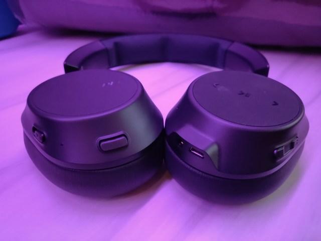 สวิตช์ ปุ่ม และช่องเสียบต่างๆ ของหูฟัง ถูกออกแบบให้อยู่บนหูฟังทั้งสองข้าง