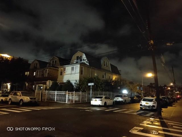 ภาพของบ้านเรือนแถวย่านควีนส์ มหานครนิวยอร์ก