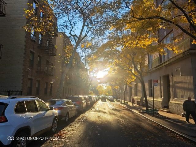 แสงอาทิตย์ยามเช้า แถวควีนส์ เมืองนิวยอร์ก ภาพย้อนแสง แต่ได้ AI camera เข้ามาช่วย ทำให้ภาพออกมาดูดี