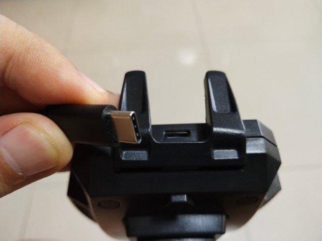 หัวต่อเป็น USB Type-C ซึ่งเป็นมาตรฐานที่ดี อนาคต ไม่ว่าจะเป็นแอนดรอยด์หรือไอโฟน ก็น่าจะมาใช้หัวนี้กันหมด