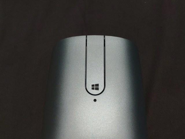 ปุ่มบนเมาส์ก็มีคลิกซ้ายและขวา ส่วนตรงกลางกดได้ทั้งบนและล่าง บนคือปุ่มกลางของเมาส์ ส่วนอันที่มีโลโก้ Windows ก็เทียบเท่า Windows Key ของคีย์บอร์ด
