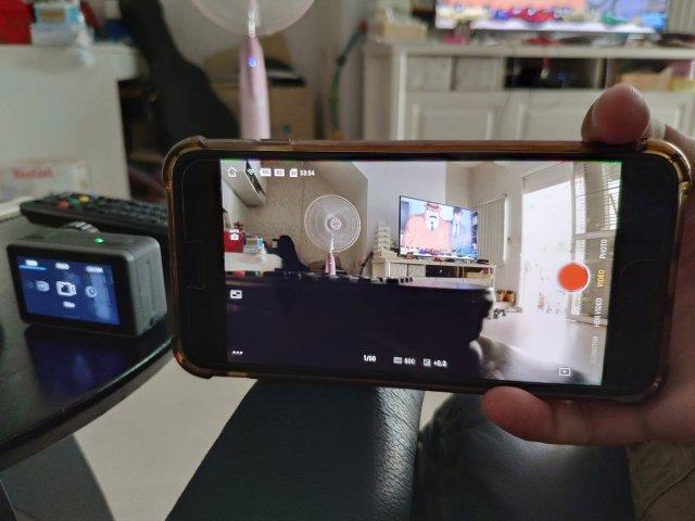 ภาพถ่ายหน้าจอของสมาร์ทโฟน ที่แสดงภาพจากกล้อง DJI Osmo Action