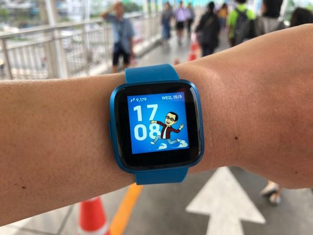 หน้าปัดนาฬิกาของ Fitbit Versa Lite Edition บอกเวลา 17 นาฬิกา 8 นาที มีอวาตารจาก Snapchat กำลังวิ่งอยู่