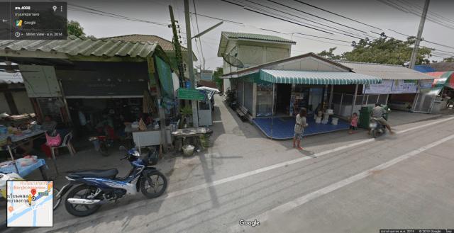 ภาพจาก Google Maps แสดงให้เห็นถึงซอยเล็กๆ ที่มีบ้านตั้งอยู่ทั้งสองฟากของซอย