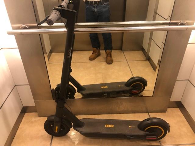 เอา Nineboot Kickscooter MAX ขึ้นลิฟต์ได้สบายๆ
