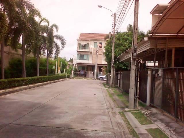 ตัวอย่างภาพถ่ายของ ZeBlade Thor 4G Pro เป็นภาพของถนนภายในหมู่บ้านจัดสรร