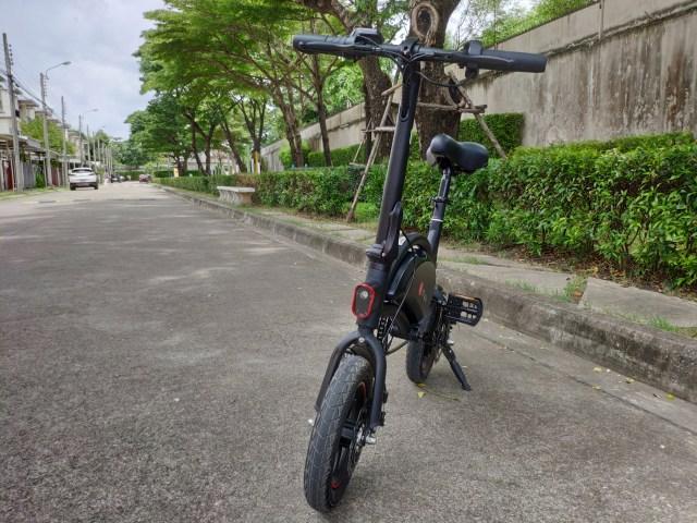 ภาพของจักรยานไฟฟ้า DYU D2F ด้านหน้า จอดอยู่ริมถนน