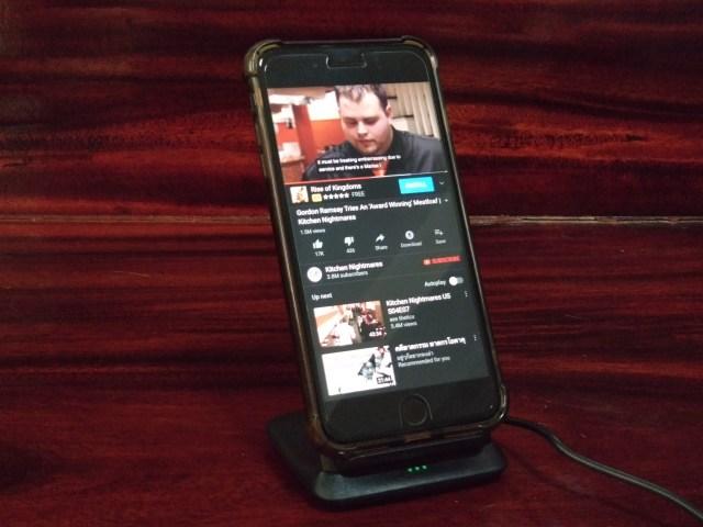 ดู YouTube แบบวางสมาร์ทโฟนแนวตั้งบนแท่นชาร์จไร้สาย