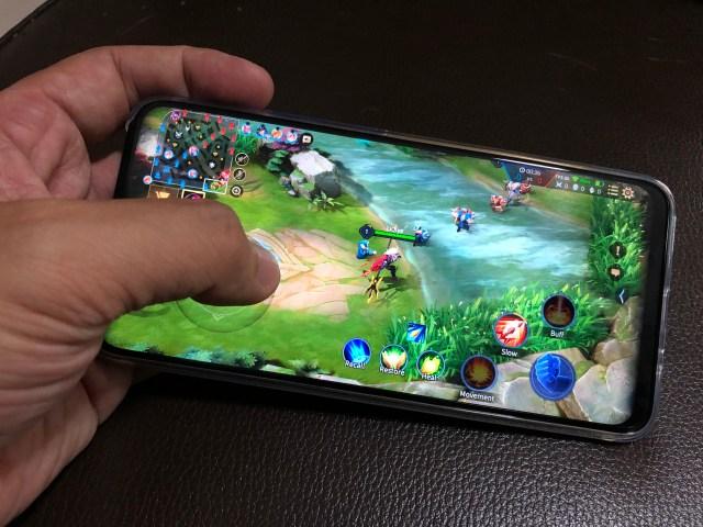 ภาพของสมาร์ทโฟน Huawei Y9 Prime 2019 กำลังเล่นเกม ROV อยู่