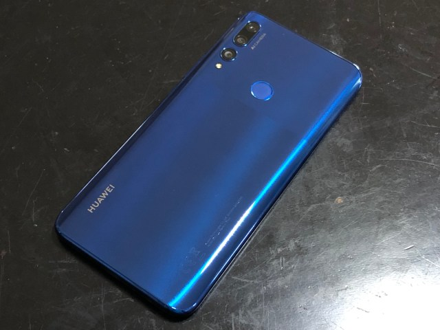 ด้านหลังของสมาร์ทโฟน เป็นสีน้ำเงิน มีกล้อง 3 ตัว พร้อม LED flash และตัวสแกนลายนิ้วมืออยู่ตรงด้านหลังของตัวเครื่อง