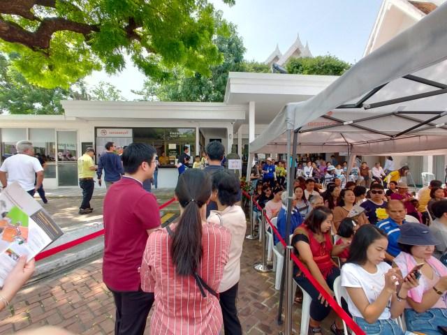 ภาพถ่ายมุมกว้างของคิวคนที่กำลังรอคอยซื้อบัตรเข้าพิพิธภัณฑ์สถานแห่งชาติ และทางขวาคือคิวคนที่นั่งรอเข้าชมนิทรรศการจิ๋นซีฮ่องเต้