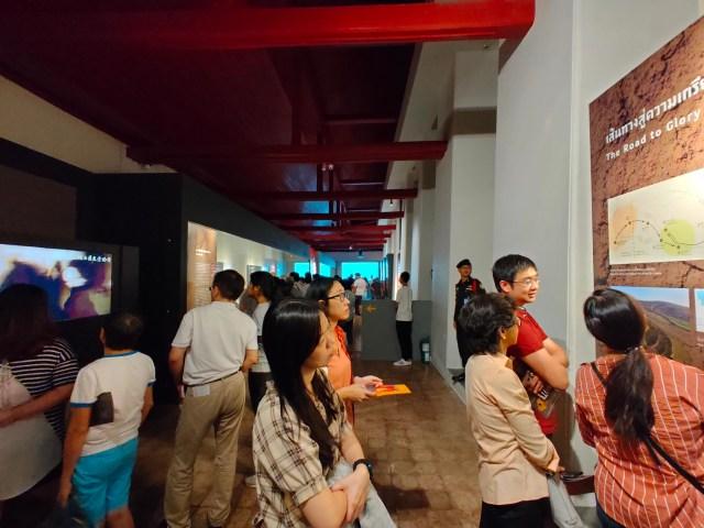ภาพบริเวณทางเข้างานนิทรรศการจิ๋นซีฮ่องเต้ ผู้เข้ามาชมต่างก็ให้ความสนใจข้อมูลและวิดีโอที่แสดงในนิทรรศการ