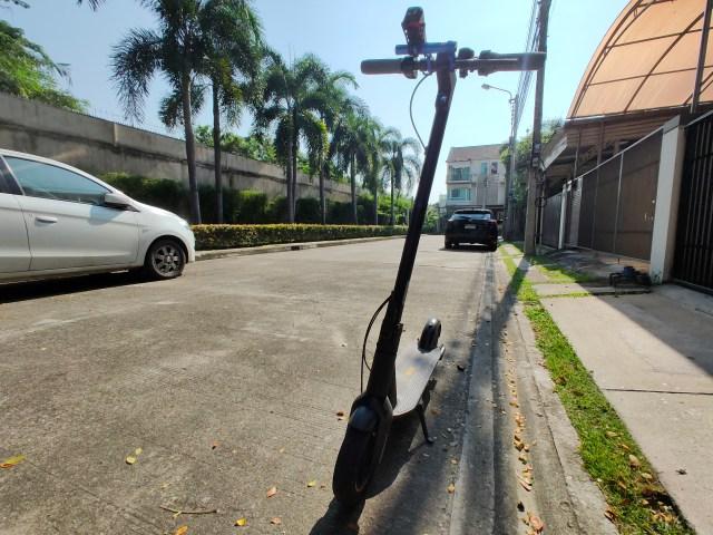 สกู๊ตเตอร์ไฟฟ้า Ninebot Kickscooter MAX จอดอยู่ริมถนน