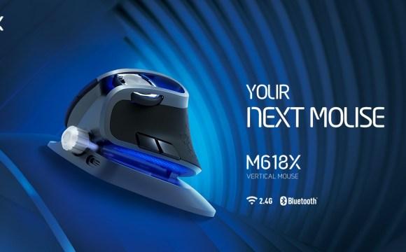 เมาส์แนวตั้ง Delux M618X ในภาพกราฟิกที่มีพื้นหลังสีน้ำเงินสลับดำ มีข้อความเขียนว่า Your next mouse หรือ เมาส์ตัวต่อไปของคุณ